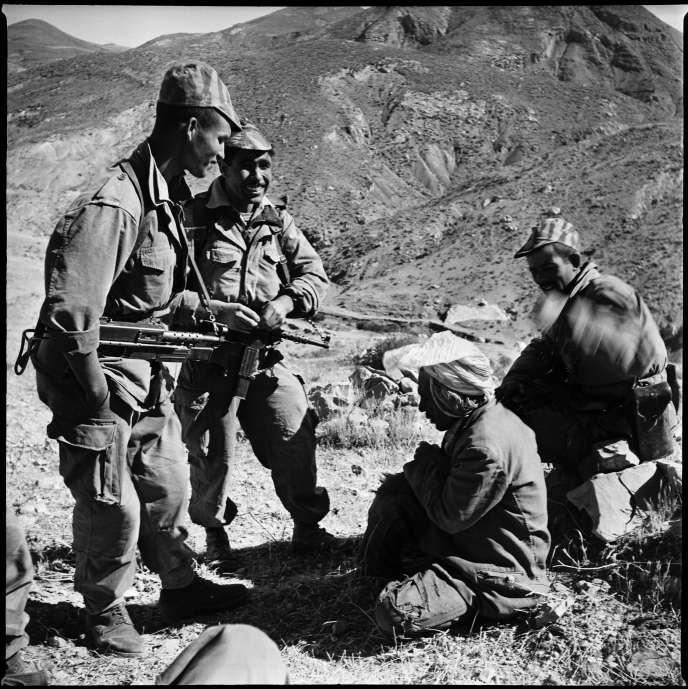 L'interrogatoire d'un berger arrêté au sud de la Kabylie, en octobre 1960.