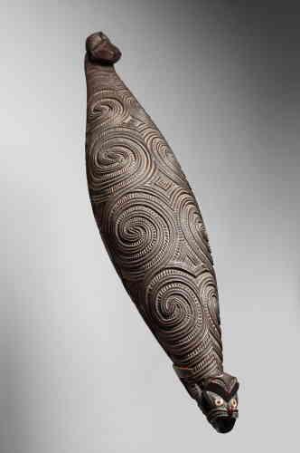 Boîte à trésors Maori. Nouvelle-Zélande, vers 1800. Bois et nacre. Provenance : collecté en 1847 par E. Watsons, Canterbury.