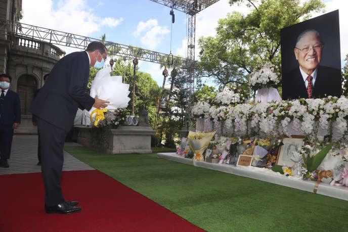 Le secrétaire américain à la santé, Alex Azar, au mémorial de l'ancien président taïwanais Lee Teng-hui à Taipei, le 12 août.
