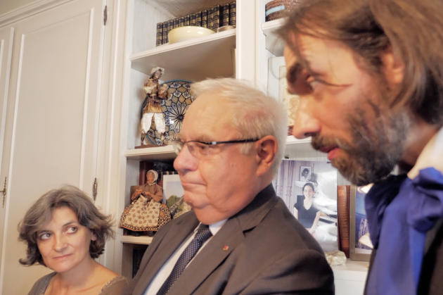 L'historienne Sylvie Thénault, l'amiral Bernard Rogel et le député Cédric Villani lors de la visite d'Emmanuel Macron à Josette Audin, à Bagnolet, en septembre 2018.