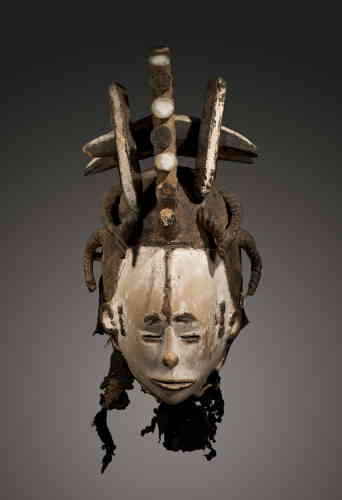 Masque Igbo. Nigeria, fin du XIXe siècle. Bois, kaolin, pigments, fibres. Provenance : ex-Tambaran Gallery, New York, 1988 ; ancienne collection Herbert Levine, New York.