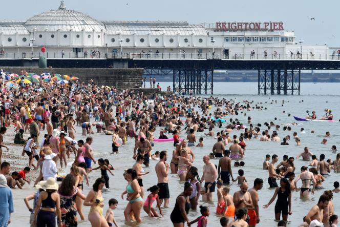 Sur une plage de Brighton (Grande-Bretagne), le 8 août 2020.