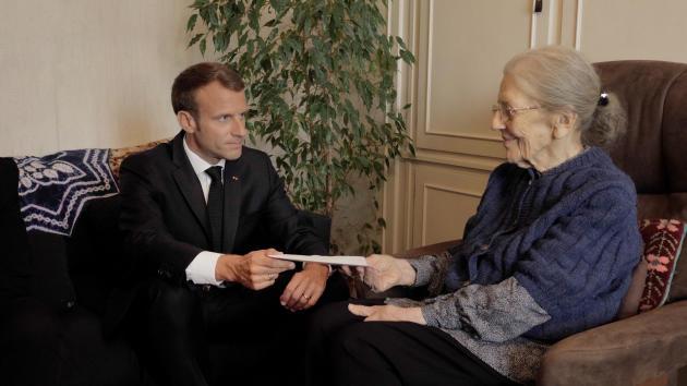 Emmanuel Macron rendant visite à Josette Audin, veuve de Maurice Audin, à Bagnolet (Seine-Saint-Denis), enseptembre 2018.