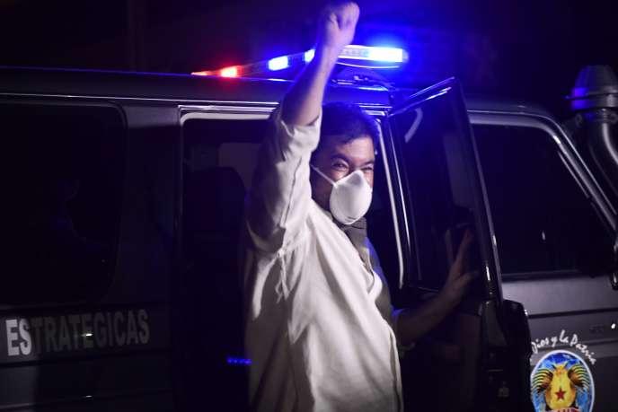 Roberto Marrero, secrétaire général du chef de l'opposition vénézuélienne Juan Guaido,quitte le siège du Service national de renseignement bolivarien (Sebin), après sa libération, le 31août, à Caracas.
