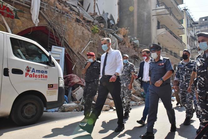 Le nouveau premier ministre libanais, Mustapha Adib, le 31 août, en visite dans les quartiers frappés par l'explosion du port de Beyrouth.