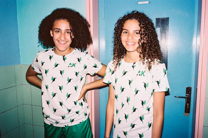 Deux jeunes filles portant des tenues de la marque de foot Alké, que Barbara Blanchard a lancée l'an dernier.