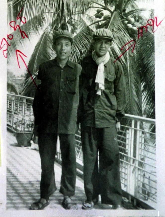 Kaing Guek Eav, à gauche, posant aux côtés d'une personne non identifiée, dans un document non daté archivé au Centre de documentation du Cambodge.