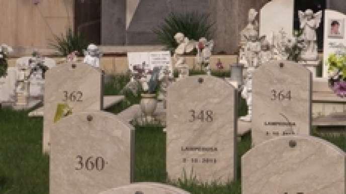 Tombes numérotées des migrants morts en mer au large des côtes libyennes en 2015.