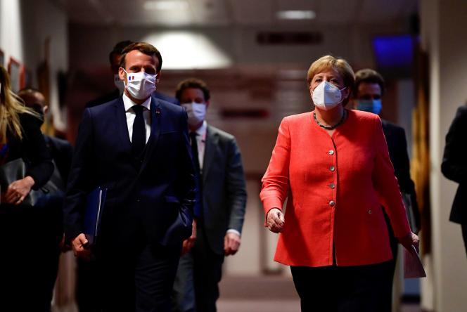 Emmanuel Macron et Angela Merkel arrivent pour une conférence de presse conjointe en marge du sommet européen à Bruxelles, le 21 juillet.