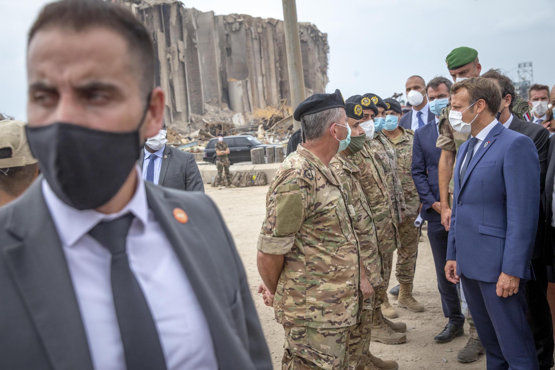 Emmanuel Macron en visite sur le chantier de déblaiement dans le port de Beyrouth, le 1er septembre.