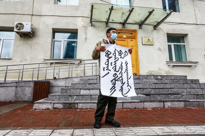 Les Mongols manifestent devant le ministère des Affaires étrangères, à Oulan-Bator, la capitale de Mongolie, contre le projet de la Chine de marginaliserleur langue au profit du mandarin dans les écoles de la province chinoise de Mongolie intérieure.
