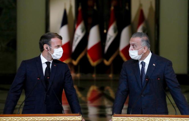 Le président français Emmanuel Macron (à gauche) et le premier ministre irakien Mustafa Al-Kadhimi lors d'une conférence de presse, le 2 septembre à Bagdad.