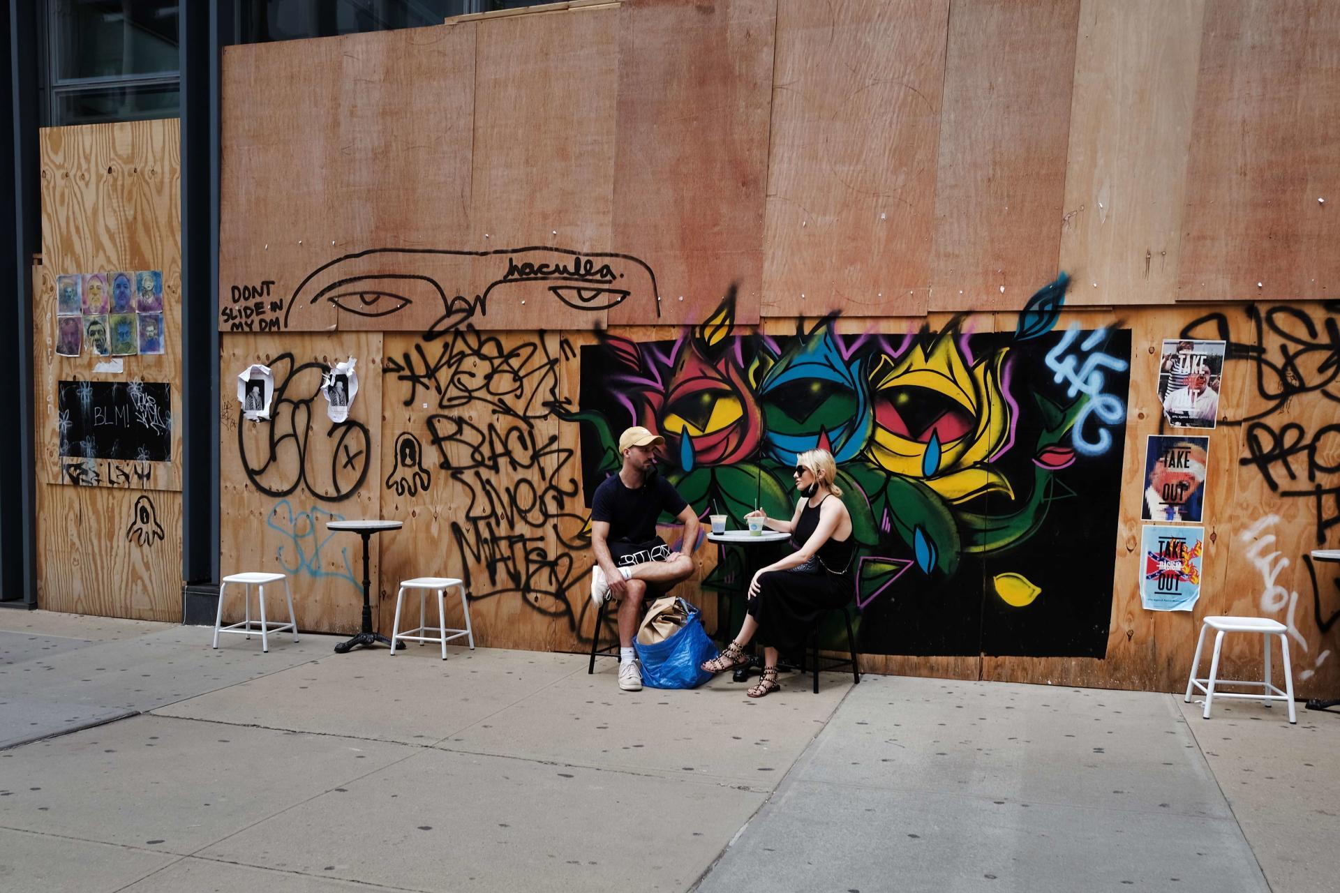 Une terrasse improvisée devant un commerce ayant fermé du fait des mesures prises pour enrayer l'épidémie, à New York, le 12 août.