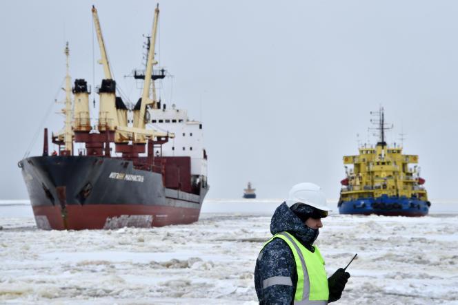 Le navire brise-glace «Tor» (à droite), dans le port de Sabetta, sur la péninsule de Yamal (extrême nord de la Russie), en mai 2016.