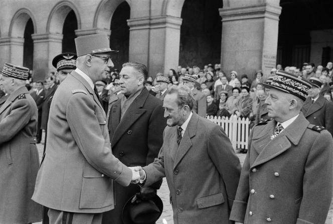 A Paris le 10 mars 1960, remise par de Gaulle de la Légion d'honneur à Francis Perrin, haut commissaire du CEA, et aux militaires et physiciens concepteurs de la première bombe atomique française, « Gerboise bleue », qui a explosé le 13 février 1960 à Reggane dans le désert algérien.