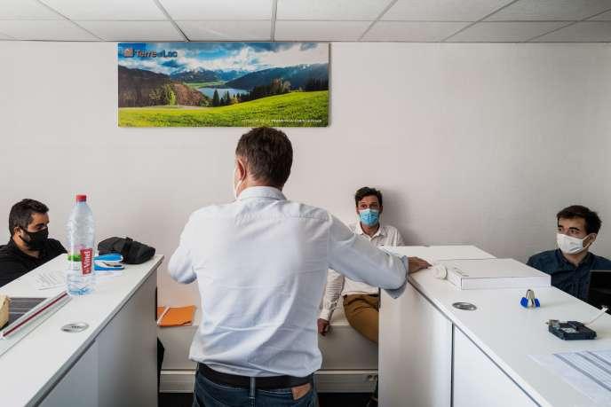 Réunion d'équipe dans une PME à Lyon, le 1er septembre.