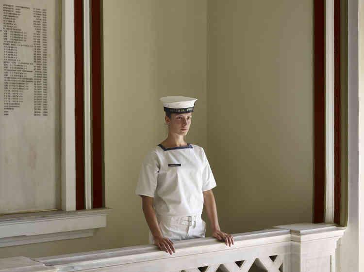 «Chacun a pu ainsi, par ce choix, exprimer sa volonté de perpétuer une tradition familiale ou ses convictions personnelles, dans le cadre remarquable de son académie. Vêtu(e) de l'uniforme porteur de longues traditions, ils et elles envisagent l'avenir avec une conscience accrue de l'héritage qui pèse sur leurs épaules. Telle cette jeune cadette del'Académie navale hellénique dont on peut penser qu'elle regarde déjà l'horizon sur le pont d'un navire, qu'elle commandera un jour.»
