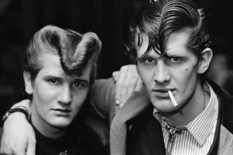 «Un des grands classiques de la photographie documentaire sociale britannique. Le travail de Chris Steele-Perkins, réalisé à la fin des années 1970, dans le milieu rockabilly, mêle portraits serrés et photos d'ambiance dans les pubs et dancings fréquentés par ces jeunes femmes et hommes de la classe ouvrière, qui remettaient au goût du jour ce phénomène des années 1950. Le portrait de ces deux jeunes hommes, également la couverture du livre, mélange de force et de douceur, est une des photos emblématiques de cette série.»