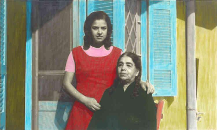 «Rima Samman m'a apporté ce sujet au moment de notre sélection et j'ai tout de suite été séduite par la délicatesse et la beauté de ce travail. Artiste et réalisatrice, elle collecte depuis des années les photos anciennes de membres de sa famille, dispersés dans le monde, pour les recoloriser. Tout à la fois travail mémoriel et volonté de réparer le travail du temps et de l'exil, ces photos aux couleurs pop nous montrent parents, frères, oncles de Rima dans les poses traditionnelles des albums familiaux, mais rassemblés ici dans unjoyeux assemblage.»