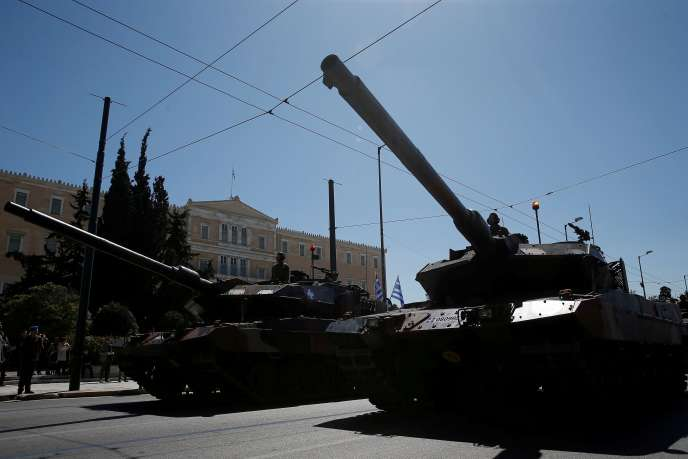 Des tanks de l'armée grecque lors d'une parade militaire durant le jour de l'indépendance du pays, le 25 mars 2019 à Athènes.