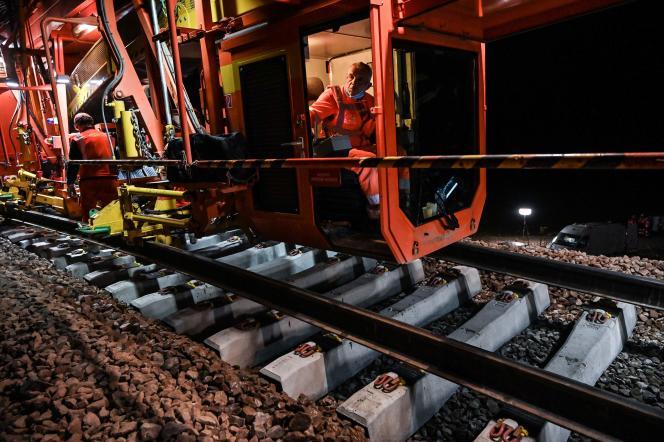 Travaux de modernisation d'une ligne ferroviaire près de Tonnerre (Yonne), le 24 août.