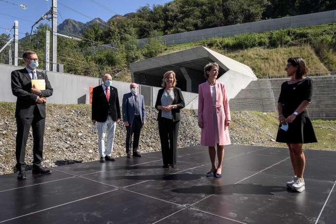 Le ministre autrichien des transports Leonore Gewessler (au centre), la présidente suisse Simonetta Sommaruga (2e à partir de la droite) et la ministre italienne des transports Paola de Micheli (à droite) lors d'une conférence de presse, le 3 septembre 2021 à Camorino, dans le sud de la Suisse, sur le veille de l'inauguration du tunnel ferroviaire du Ceneri.