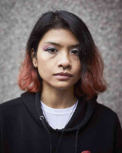 """« Le Brexit sera pire pour les femmes. Sans réglementation européenne, je crains que les conservateurs ne maintiennent pas l'égalité des droits des travailleurs. Les Brexiters ne s'intéressent pas à nous. Ils veulent juste des emplois pour les Britanniques. »Syirah (21 ans) a quitté la Malaisie pour le Royaume-Uni, où elle est étudiante en ingénierie aérospatiale à l'Université de Bristol.Elle n'a pas pu voter lors du référendum sur l'adhésion du Royaume-Uni à l'UE.«Le sujet du Brexit s'est imposé de façonévidente au moment de nos choix. La série d'EdAlcock est à la fois documentaire et personnelle, puisque c'est le résultat du vote qui l'a poussé à parcourir son pays pendant quatre ans, avec le soutien du """"Monde"""". Il livre un regard mitigé de tendresse et de désillusion sur son pays d'origine, grâce aux portraits accompagnés d'une citation de la personne photographiée. Chacun et chacune livre son sentiment profond face à cette décision politique, telle cette jeune femme qui craint la disparition des idées progressistes européennes.»"""