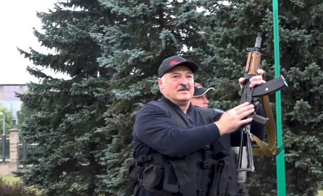 Une capture vidéo de la télévision d'Etat montrant,le 23 août, le président biélorusse armé d'une kalachnikov.