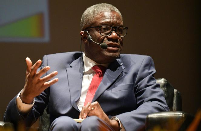 Le Congolais Denis Mukwege, médecin et gynécologue, Prix Nobel de la paix 2018, lors d'une réunion avec des femmes colombiennes victimes de violences sexuelles, à Bogota, le 16 août 2019.