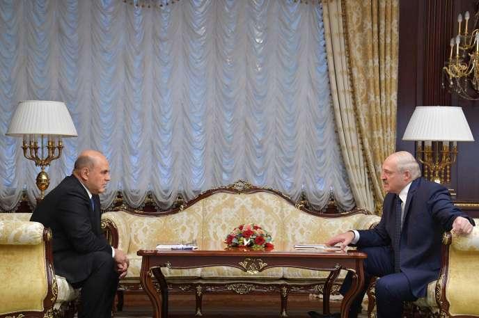 Le premier ministre russe, Mikhaïl Michoustine (à gauche), et le président biélorusse, Alexandre Loukachenko, le 3 septembre, à Minsk.