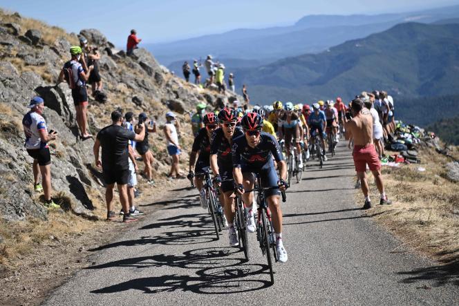 Les coureurs de l'équipe Ineos imposent leur rythme au peloton, jeudi entre Le Teil et le mont Aigoual.
