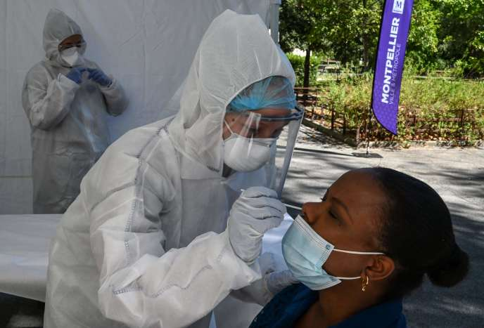 Une employée de la Croix-Rouge effectue un prélèvement lors d'une opération de dépistage à Montpellier, jeudi 3 septembre.