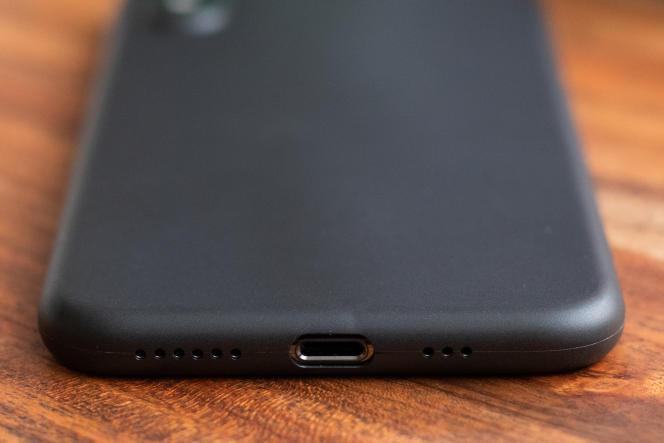 La coque Totallee Thin a été plus facile à mettre en place sur le téléphone que les autres coques ultra fines testées.