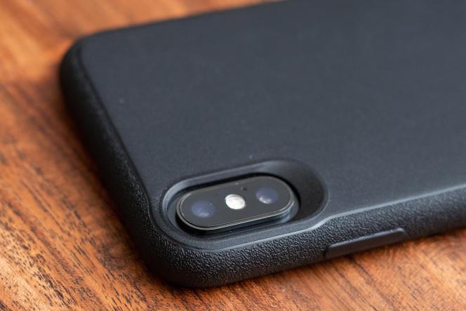 Nous aimons la découpe précise des ouvertures, les boutons qui cliquent bien et la texture un peu granuleuse, anti dérapante.