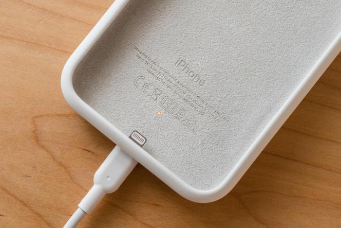 On peut charger la Smart Battery Case avec un câble Lightning ou un chargeur Qi et un témoin lumineux prévient quand la batterie est chargée.