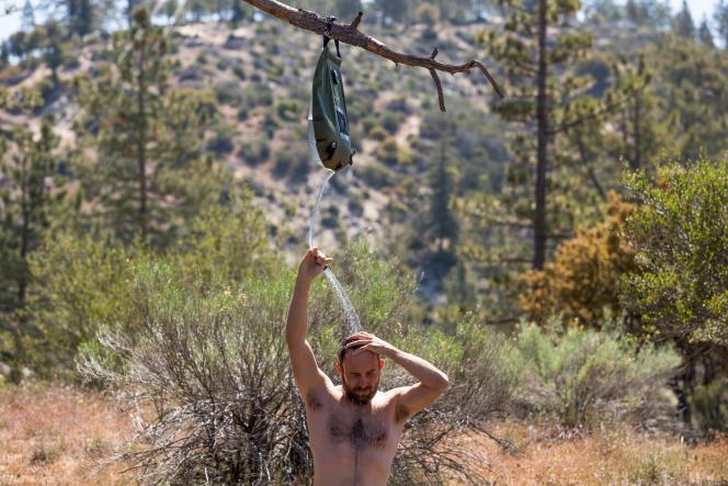 Pour profiter au mieux d'une douche de camping, assurez-vous que l'outre et le tuyau soient suspendus suffisamment haut au-dessus de votre tête.