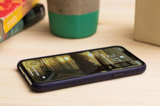 La coque en cuir Apple borde bien l'écran pour le protéger en cas de chute sur l'avant, mais le bord inférieur reste exposé.