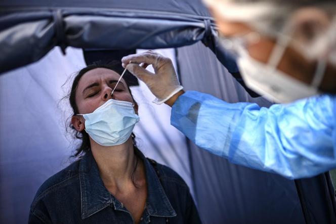 Une femme se fait dépister par test PCR, dans un laboratoire, à Paris, le 4 septembre.