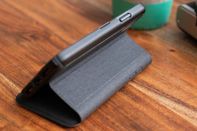 La coque Presidio Folio de Speck permet d'incliner le téléphone pour regarder des vidéos les mains libres.