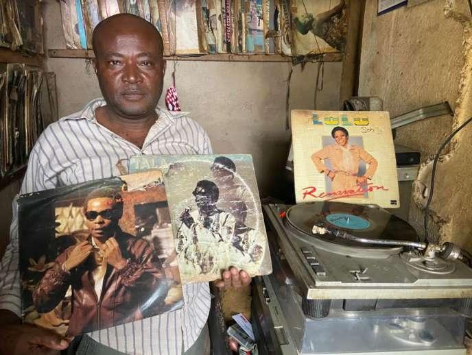 Le disquaire Paul Ntchagna dans sa boutique du quartier Deido de Douala, début septembre 2020.