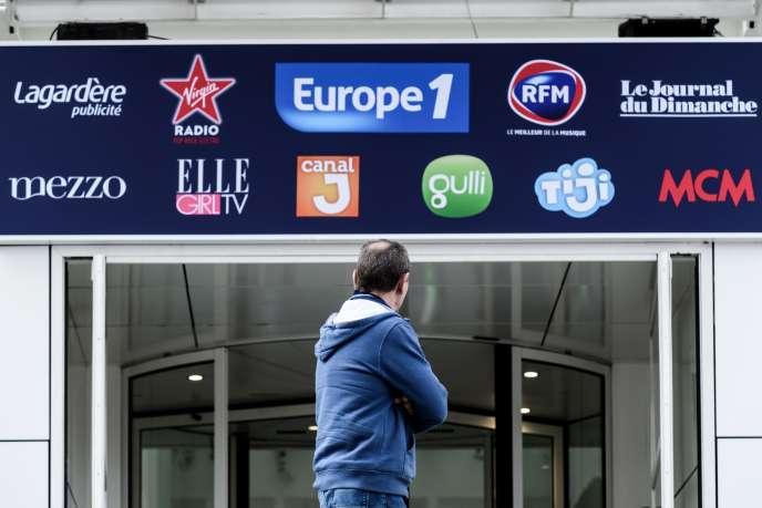 Devant l'immeuble du groupe Lagardère, où se trouvent les radios Europe 1, Virgin et RFM, à Paris, le 29 novembre 2018.