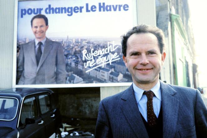 Antoine Rufenacht, alors député RPR de la Seine-Maritime, devant l'une de ses affiches de campagne pour les élections municipales, au Havre, en 1983.