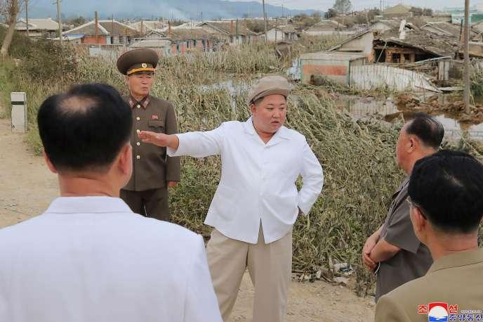 Des photos publiées dimanche par le journal du parti au pouvoir « Rodong Sinmun» montrent Kim Jong-un inspectant les dégâts et discutant avec des responsables.