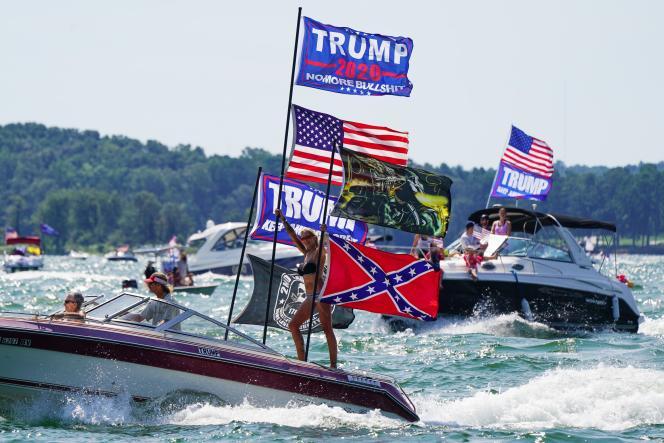 Lors d'un défilé de bateaux arborant des drapeaux en l'honneur du président Trump, plusieurs embarcations ont chaviré, sur le lac Travis, à Lakeway (Texas),le 5septembre.