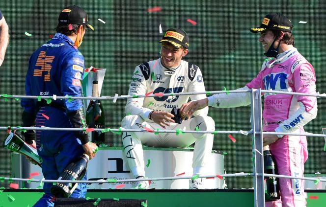 Pierre Gasly entouré de Carlos Sainz Jr, deuxième à Monza, et de Lance Stroll qui complète le podium.