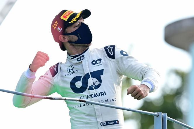 Pierre Gasly sur le podium de Monza, salue son équipe à défaut de spectateur, le GP étant à huis-clos.