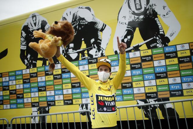 Primoz Roglic, lors de la cérémonie de remise du maillot jaune.