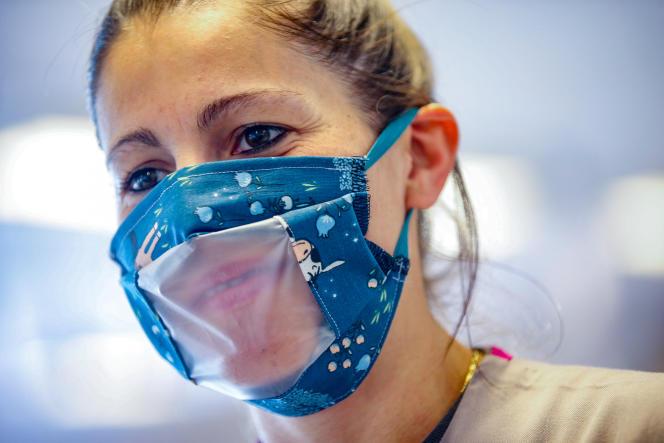 Le masque à fenêtre transparente est une protection respiratoire «bien plus efficace» que la visière.