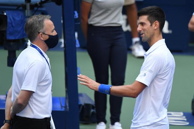 Novak Djokovic s'entretient avec un arbitre après avoir eu un geste d'humeur lors du 8e de finale de l'US Open, àFlushing Meadows, le 6 septembre.