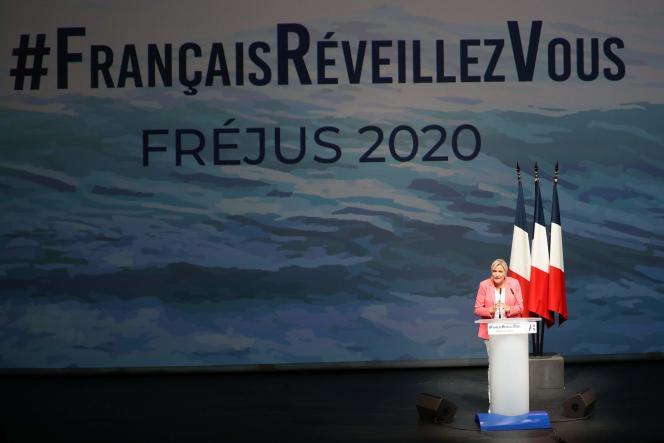 La présidente du Rassemblement national, Marine Le Pen, lors de son discours de rentrée, à Fréjus (Var), le 6 septembre.